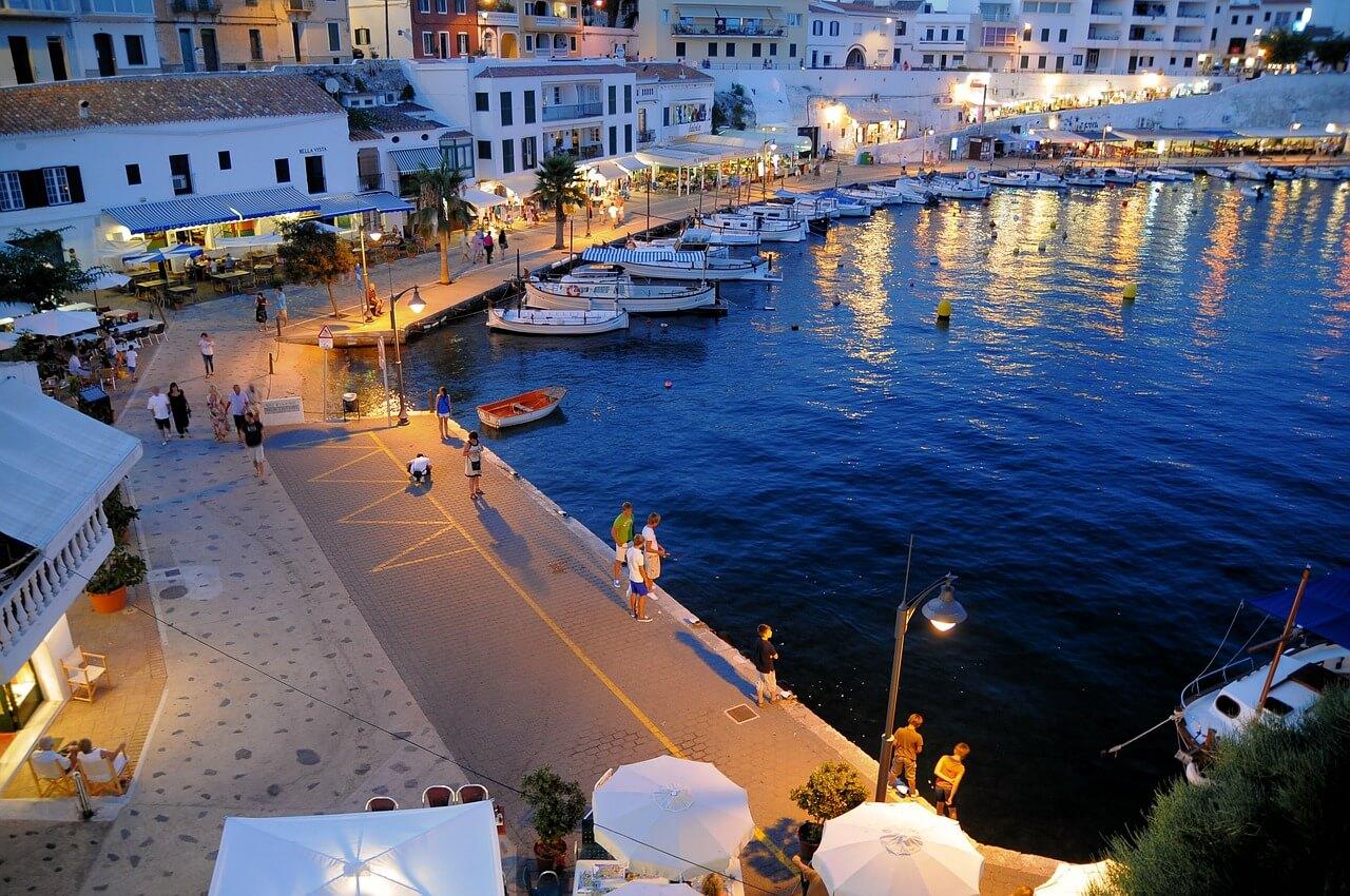 Paseo marítimo en Menorca