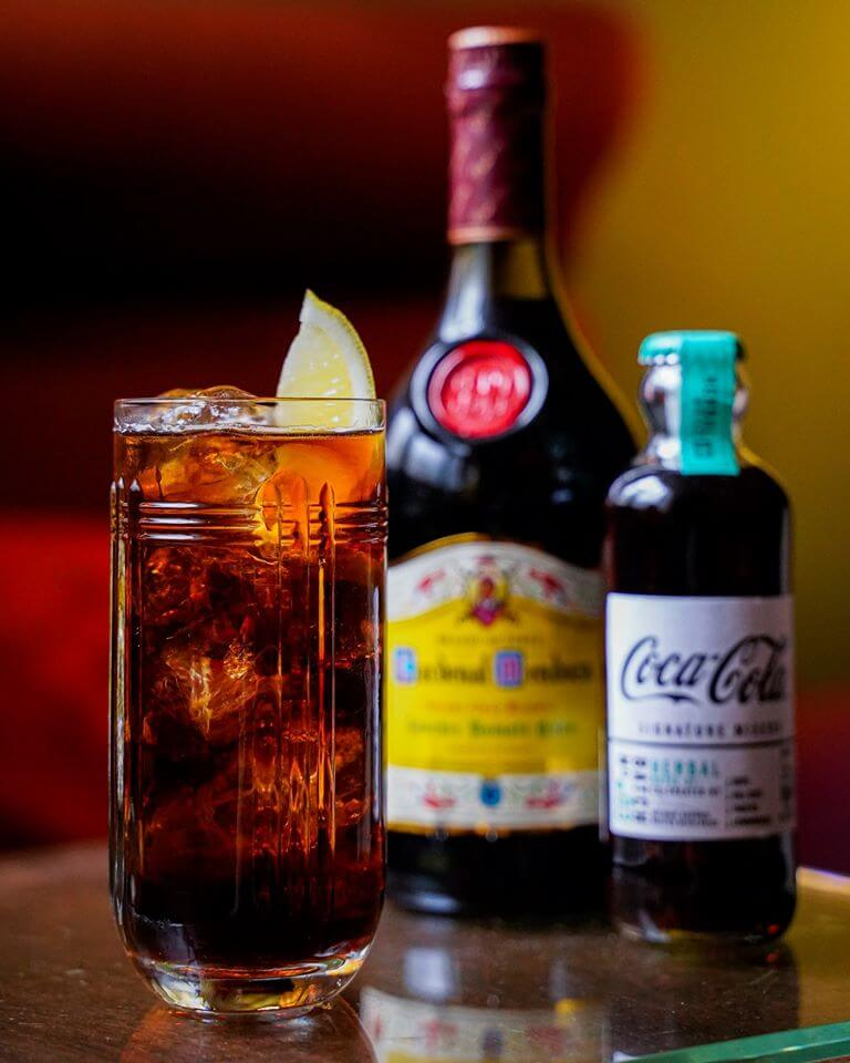 "Combinación ""Perfect Serve"" CocaCola con Brandy Cardenal Mendoza"