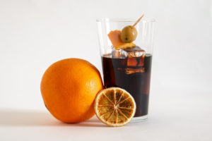 Vermut con naranja y aceitunas, perfect serve