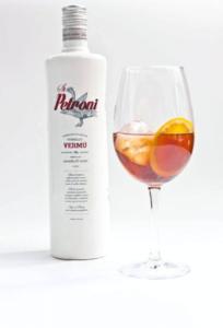 Botella y copa de vermut Petroni