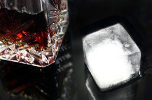 Servicio del brandy y hielo, temperaturas